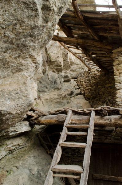 Una scala per salire al piano più alto, il fienile