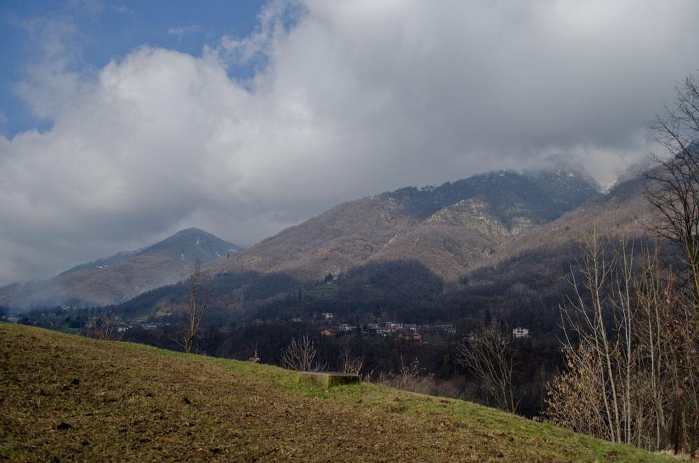 I Chabriols visti dalle colline oltre il torrente Pellice