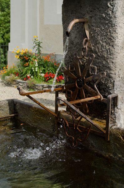 Croce ugonotta alla fontana del tempio valdese di Pradeltorno
