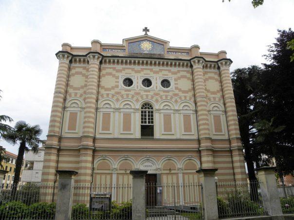La facciata, decorata con motivi geometrici, risale ai lavori svolti nel 1927 e che hanno portato il tempio al suo aspetto attuale.