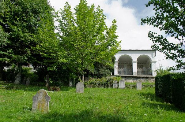 L'interno del cimitero con le sue tipiche arcate