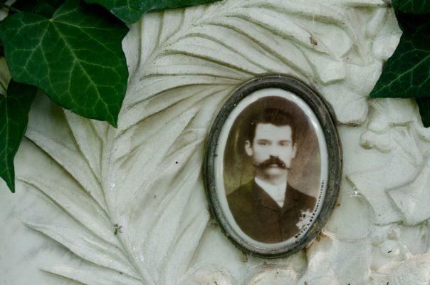 """Foto d'epoca su una lapide (la ditta """"Dotti e Bernini"""" di Milano venne notificata nel 1910 ed era specializzata in santini mortuari)."""