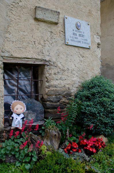 La casa di Suor Ida Bert con una targa commemorativa
