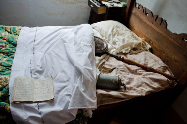Questi contenitori, riempiti di brace, servivano a scaldare il letto nei gelidi inverni.