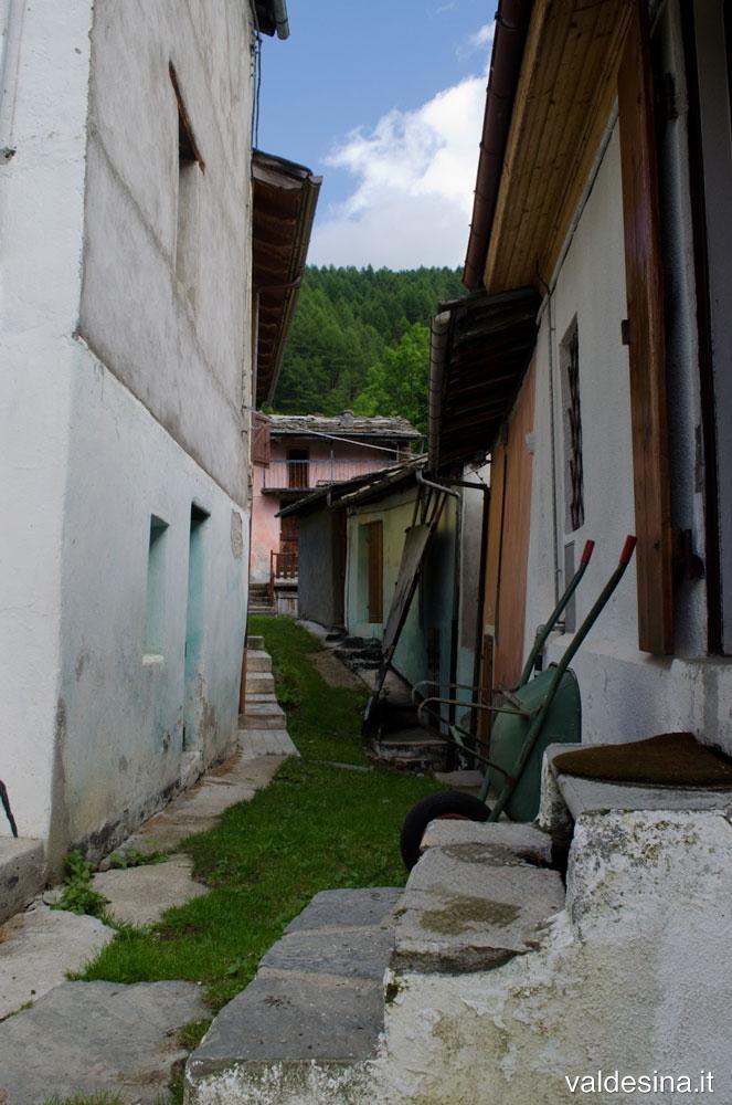 Piccole e graziose stradine passano in mezzo alle case colorate