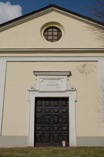 Anche se l'aspetto dell'edificio è piuttosto modesto, al suo interno sono seppellite alcune celebri personalità straniere del passato che, essendo protestanti, non potevano essere sepolte nei cimiteri cattolici del Piemontesi.