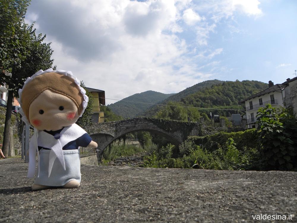 Il ponte, con una sola arcata, è costruito in pietra e mattoni