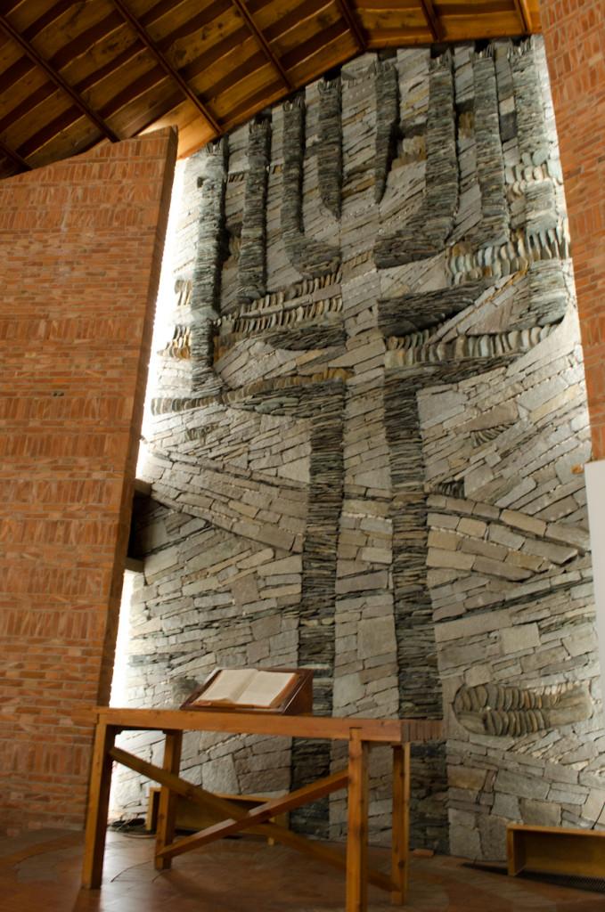 All'interno del nuovo tempio un grande mosaico in pietra rappresenta l'albero della vita, il candelabro, il calice e la croce, il tutto attraversato dai fiumi della vita.