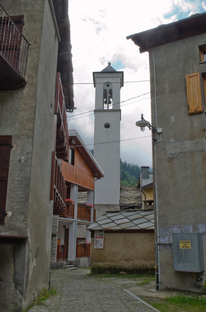 Il campanile riscostruito nel 1700 appartenente a vecchio tempio