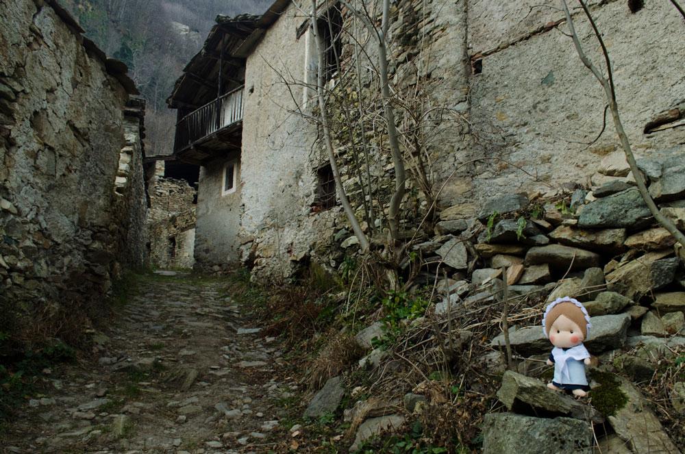 Anche se la borgata è abitata, alcune case sembrano abbandonate da un po'...