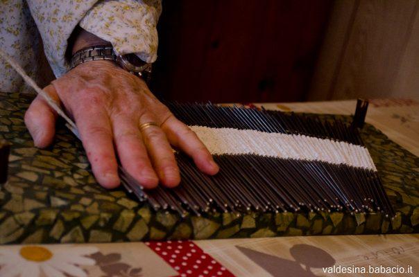 Tirando dolcemente la corda si crea la curvatura che, una volta montata la cuffia, incornicia il viso di chi la indossa.