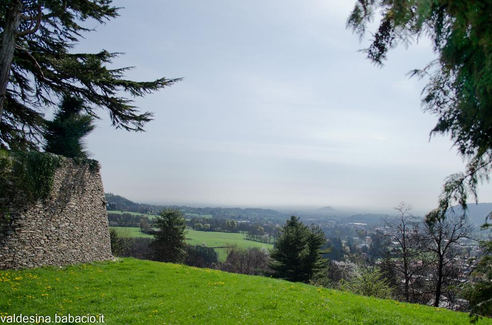 Dal Forte si domina tutta la valle... Riuscite a scorgere la Rocca di Cavour in mezzo alla foschia?