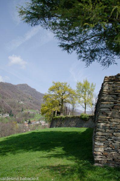 Da sotto le mura si vedono ancora i cinque bastioni della struttura pentagonale del Forte che era circondato da un fossato.