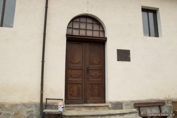 Il portone di legno è antico e appartiene all'edificio originario