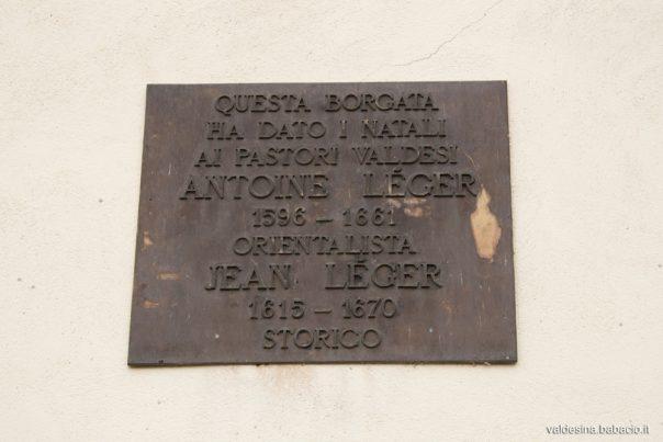 Sulla facciata c'è una targa in commemorazione dei pastori Antoine Léger (1596-1661), Cappellano dell'Ambasciata olandese a Costantinopoli, e Jean Léger (1615-1670) storico valdese e moderatore.