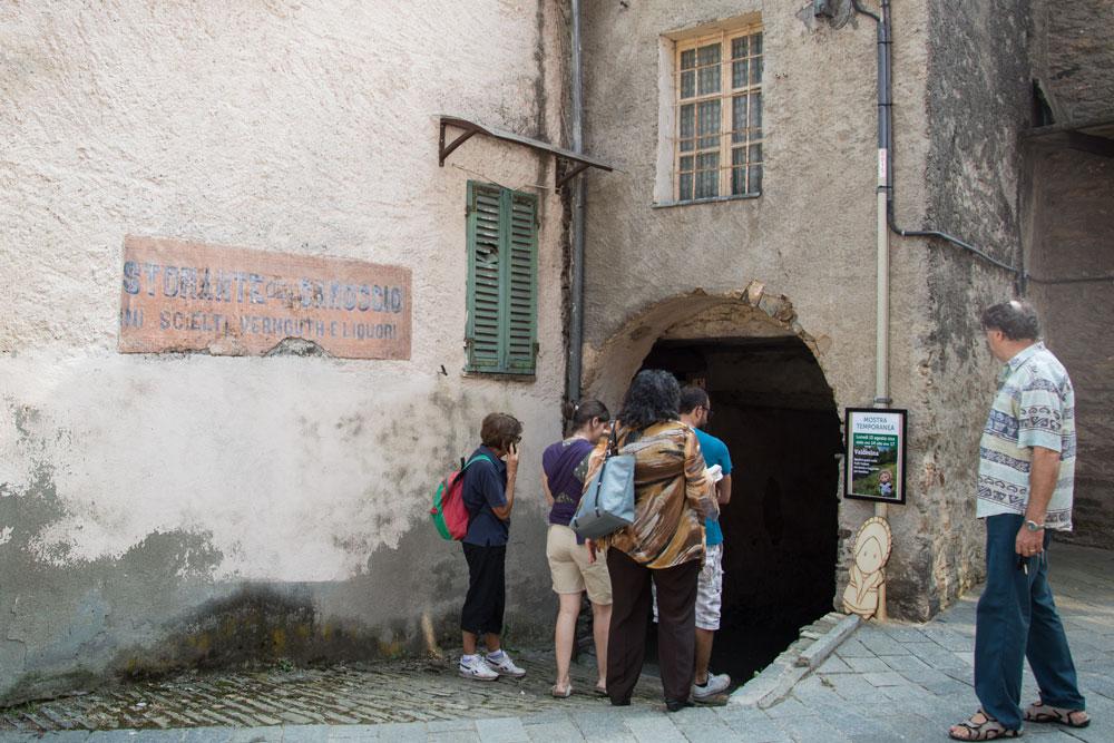 """Il posto in cui è stata allestita la mia mostra è la """"Gargaria"""", ovvero la """"pigrizia"""". Il nome deriva dall'abitudine di un tempo di sedersi sulla scalinata sotto il portico per chiacchierare e perder tempo."""