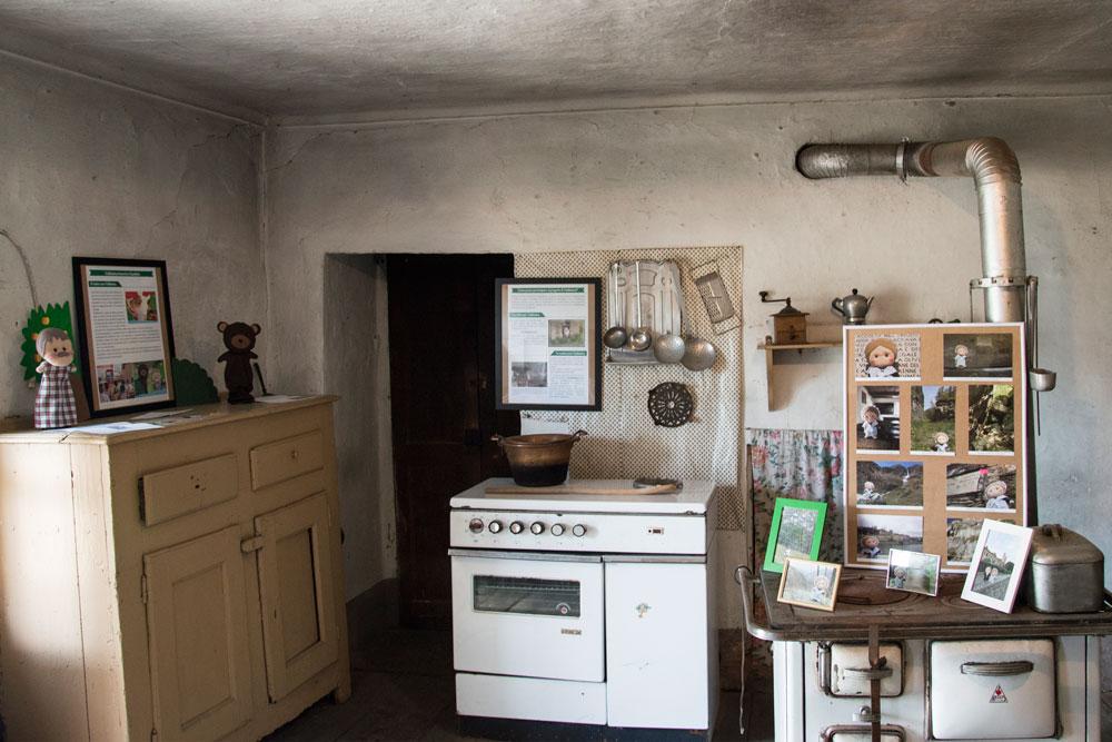 Fino agli anni '30 l'edificio era una locanda, la Locanda del Camoscio. In seguito diventò l'abitazione della famiglia Tourn fino a vent'anni fa. Da allora la casa è rimasta disabitata e aperta per la prima volta in occasione della mostra.