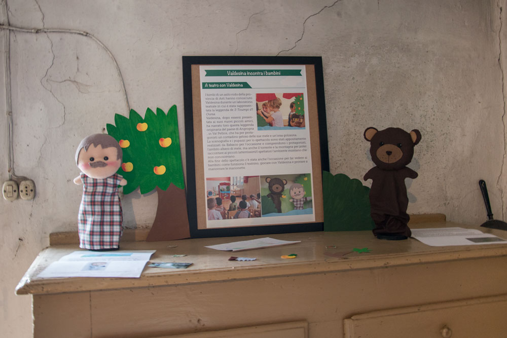 Ecco un altro laboratorio studiato per i più piccini: un teatrino delle marionette allestito in un asilo nido per raccontare la leggenda del Toumpi d' l Oursa.