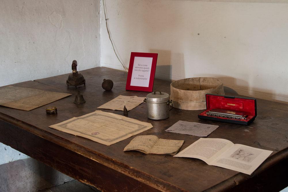 Con qualche vecchio oggetto appartenuto agli abitanti della casa, ho cercato di incuriosire i visitatori. E voi, riuscite a riconoscere gli oggetti sul tavolo?