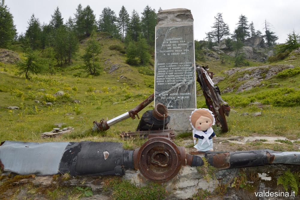 Pian Sineive salendo verso il Lago Malconsej, monumento ai caduti dell'incidente aereo